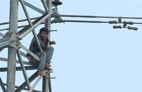 Sử dụng ma túy, Trịnh Văn Nhậm (Hải Phòng) bị ảo giác, chạy ra cánh đồng, trèo lên cột điện cao thế ngồi vắt vẻo và ngủ trên đó 2 ngày, 1 đêm. Ảnh: NguyễnKhoa
