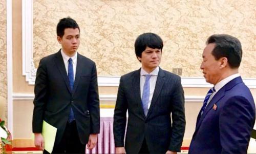 Đại sứ Việt Nam tại Triều Tiên Lê Bá Vinh, giữa, và đại diện phía Triều Tiên tại Bình Nhưỡng. Ảnh: ĐSQVNTTT.
