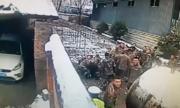 Tài xế say rượu bỏ chạy, trèo tường nhầm vào đồn cảnh sát