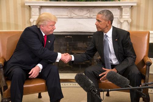 Obama (phải) bắt tay Trump trong cuộc gặp ở Nhà Trắng tháng 11/2016. Ảnh: Reuters.