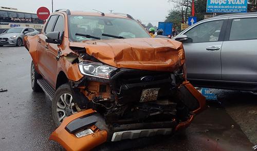 Nhiều ôtô trong vụ tai nạn hư hỏng nặng. Ảnh: Lam Sơn.