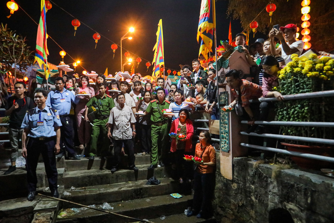 4.000 hoa đăng được thả xuống sông Đồng Nai cầu bình an