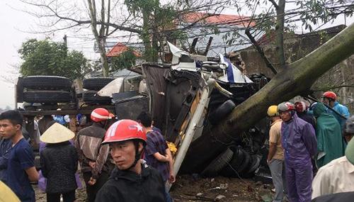 Đầu container nát vụn khiến tài xế tử vong tại chỗ. Ảnh: Lam Sơn.