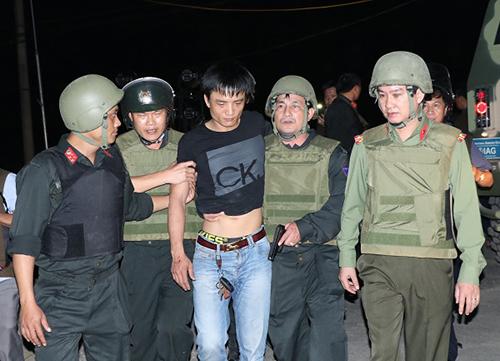 Nghi phạm Trung bị cảnh sát khống chế sau hơn 4 tiếng cố thủ. Ảnh: C.A