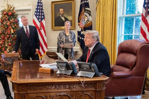 Từ phải qua trái: Tổng thống Trump, ủy viên Hội đồng An ninh Quốc gia Allison Hooker và đặc phái viên Biegun trong phòng Bầu dục đêm Giáng sinh. Ảnh: Twitter/Donald J. Trump.