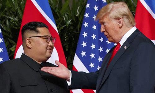 Tổng thống Mỹ Donald Trump (phải) và lãnh đạo Triều Tiên Kim Jong-un trong cuộc gặp thượng đỉnh ở Singapore tháng 6/2018. Ảnh: AFP.