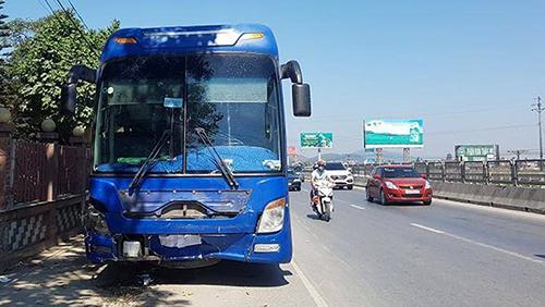 Chiếc xe khách gây tai nạn. Ảnh: Lam Sơn.