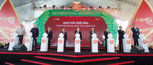 Bộ trưởng Bộ GD-ĐT Phùng Xuân Nhạ (giữa) cùng lãnh đạo tỉnh Quảng Ngãi và Hiệu trưởng các hệ thống giáo dục của Tập đoàn  Nguyễn Hoàng ấn nút khởi công dự án Thành phố giáo dục quốc tế