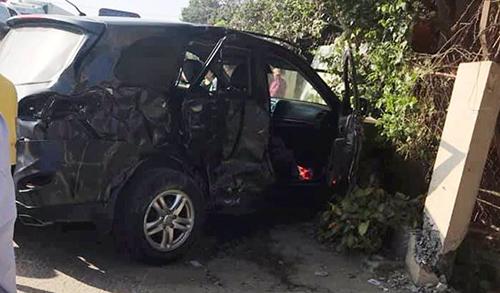 Xe Santa Fe bẹp rúm sau cú tông của xe khách. Ảnh: Lam Sơn.