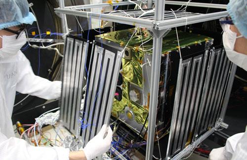 Kỹ sư của Việt Nam lắp ráp vệ tinh MicroDragon trọng lượng 50 kg. Ảnh: VNSC.