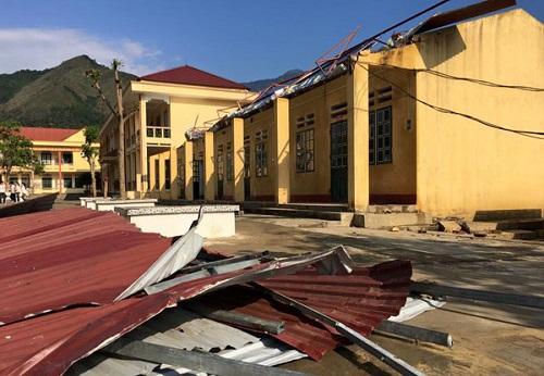 Trường học tại tỉnh Lào Cai bị tốc mái. Ảnh: BaoLaoCai