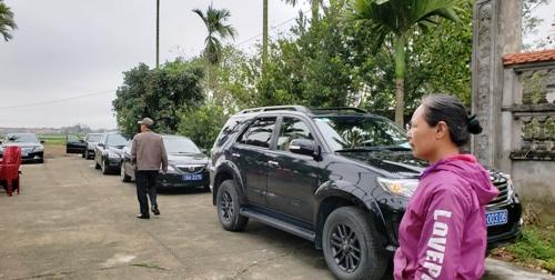Nhiều xe biển xanh xuất hiện tại lễ hội Minh Thề. Ảnh: Giang Chinh