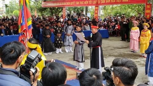 Đông đảo người dân và quan khách tham dự lễ hội Minh Thề được tổ chức tại đình, chùa Hòa Liễu- Di tích lịch sử cấp quốc gia, xã Thuận Thiên, huyện Kiến Thụy (Hải Phòng). Ảnh: Giang Chinh