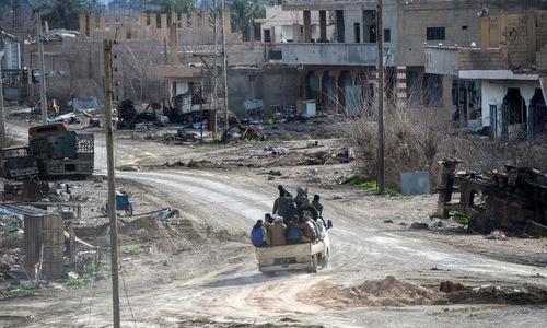 Dân quân SDF tiến về phía làng Baghouz hôm 17/2. Ảnh: AFP.