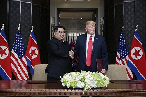 Lãnh đạo Triều Tiên Kim Jong-un và Tổng thống Mỹ Donald Trump tạihội nghị thượng đỉnh lần đầu tiên ở khách sạnCapella, Singapore tháng 6 năm ngoái. Ảnh: Straits Times