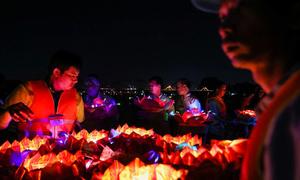 Hàng nghìn người thả hoa đăng trên sông Đồng Nai