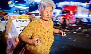 Cụ bà làm cửu vạn ở chợ đầu mối Sài Gòn