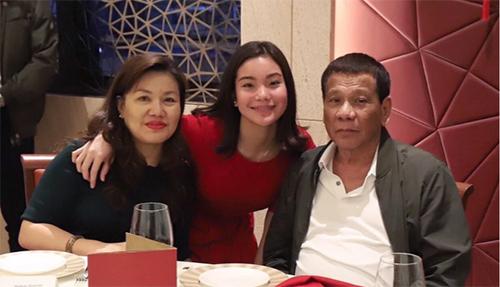 Ông Duterte cùng vợ con tại Hong Kong. Ảnh: SCMP