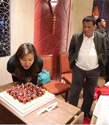 Ông Duterte mừng sinh nhật vợ tại Hong Kong. Ảnh: SCMP