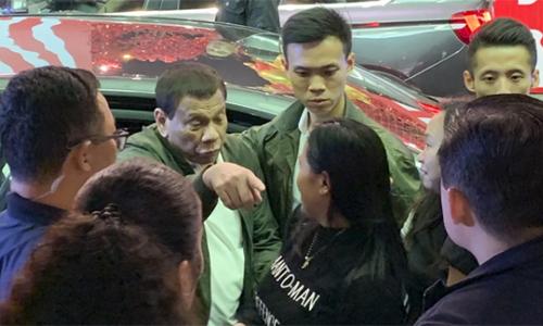Ông Duterte được các vệ sĩ tháp tùng khi đi mua sắm tại Trung tâm Thương mại Thế giới thuộc khu Vịnh Đồng La, Hong Kong. Ảnh: SCMP