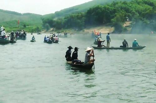 Người dân tìm kiếm thi thể cô gái trên sông Thu Bồn. Ảnh: Đại Hiệp.