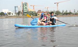 Nhóm bạn trẻ chèo thuyền nhặt rác trên sông Sài Gòn