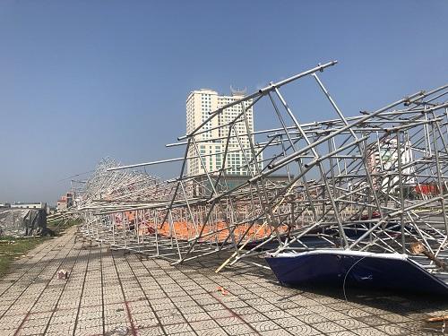 Mưa gió làm sập sân khấu tại quảng trường Hùng Vương. Ảnh: BaoPhuTho