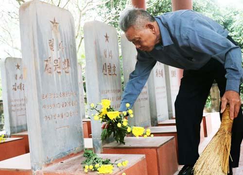Gần 20 năm qua, ông Dậu tự nguyện trông coi, chăm sóc khu tưởng niệm sỹ quan, chiến sỹ Triều Tiên ở Bắc Giang. Ảnh: Võ Hải.