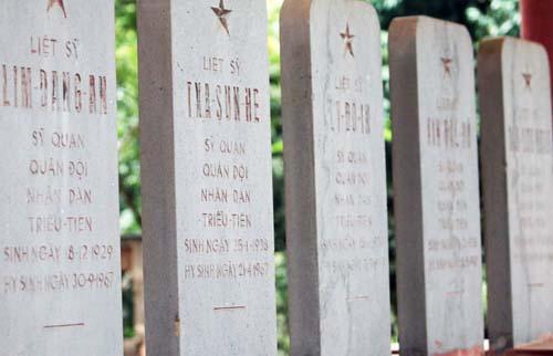 Một mặt bia mộ ghi thông tin các liệt sỹ Triều Tiên bằng tiếng Việt. Ảnh: Võ Hải.