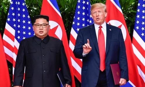 Lãnh đạo Triều Tiên Kim Jong-un (trái) và Tổng thống Mỹ Donald Trump tại hội nghị thượng đỉnh đầu tiên ở Singapore hồi tháng 6 năm ngoái. Ảnh: Reuters.
