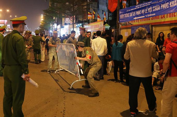 Người dân ngồi ngoài đường làm lễ giải sao xấu