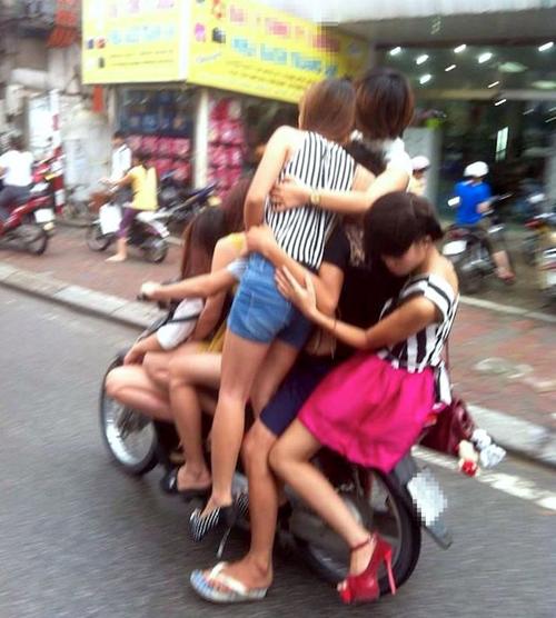 Có bao nhiêu người trên chiếc xe máy thần thánh này?