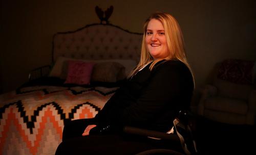 Sarah Milburn bị liệt tứ chi, phải ngồi xe lăn. Ảnh: Andy Jacobsohn/The Dallas Morning News.