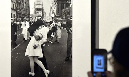 Bức ảnh kinh điển của nhiếp ảnh gia Alfred Eisenstaedtđược trưng bay tại một cuộc triển lãm. Ảnh: AFP