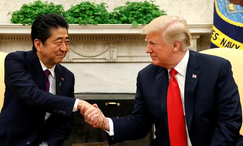 Tổng thống Mỹ Donald Trump (phải) bắt tay Thủ tướng Nhật Shinzo Abe trong cuộc gặp tại Nhà Trắng hồi tháng 6/2018. Ảnh: Reuters.
