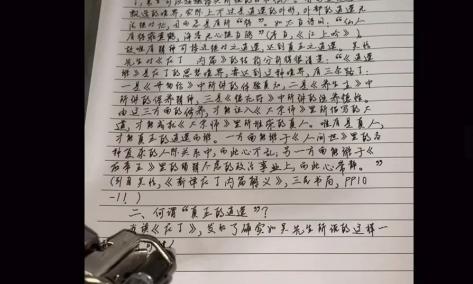 Robot chép bài tập về nhà giống hệt chữ viết tay của cô bé. Ảnh: SCMP.