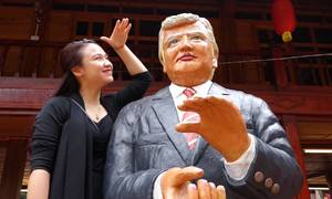 Khách thích thú với tạo hình Tổng thống Trump và Chủ tịch Kim ở Ba Vì