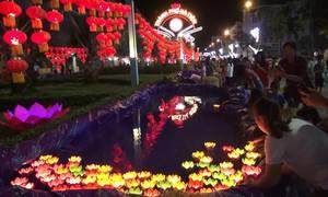 Hàng nghìn người thả hoa đăng trong Tết Nguyên tiêu ở Kiên Giang