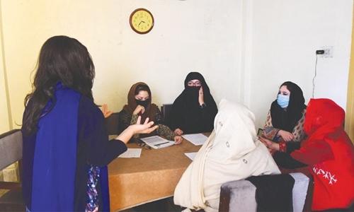 Ayeesha (ngoài cùng bên trái), nhân viên tổ chức phi chính phủ Aware Girls, trình bày cho những nhân viên khách cách cư xử và trả lời điện thoại những người gọi điện tới tư vấn cách tránh thai hôm 17/12/2018. Ảnh: AFP.