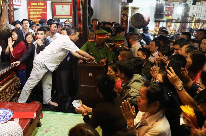 Người dân chen chân trong đêm xoa tiền vào bảo kiếm ở đền Trần