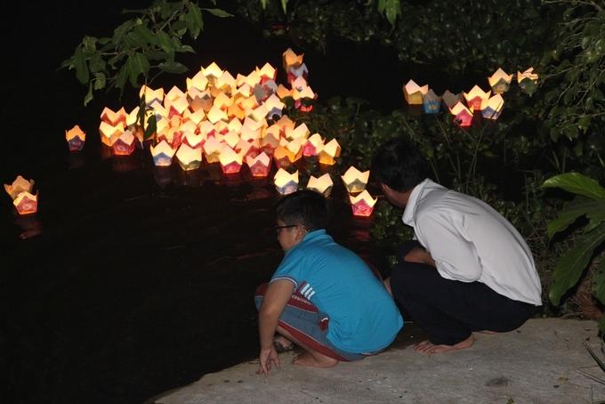 Người dân Huế lên chùa sám hối, cầu an trong đêm rằm