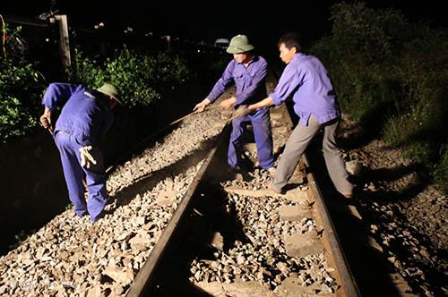Công nhân khắc phục sự cố. Ảnh: Nguyễn Hải.