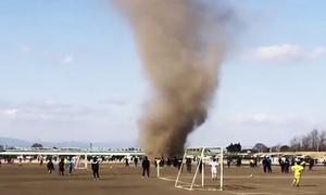 'Quỷ cát' quét qua sân bóng ở Nhật Bản