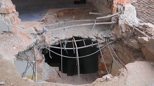 Nền và tường tầng hai của gia đình ông Liên bịsập những mảng lớn sau vụ nổ. Ảnh: Lê Hoàng.