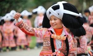 Mũ sừng tết từ tóc tổ tiên trong lễ hội của những cô gái Miêu ở Trung Quốc