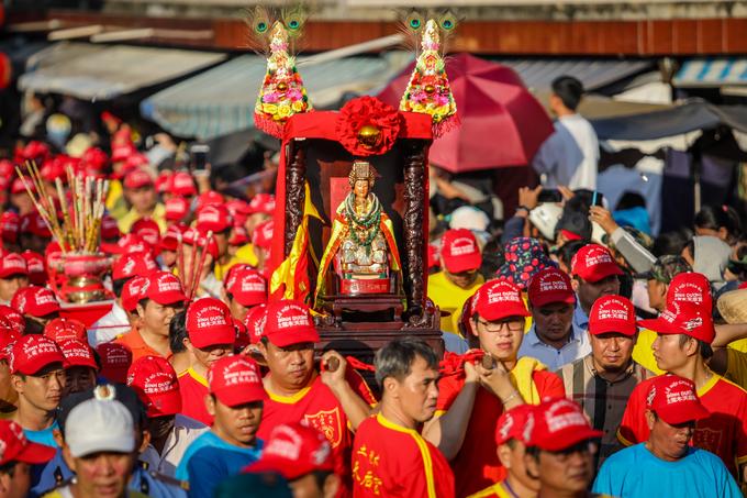Người dân đứng đông nghẹt bên đường chờ hứng lộc Bà Bình Dương