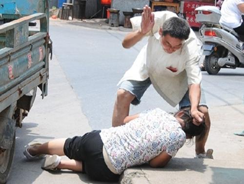 Một cảnh chồng đánh vợ trên đường phố Trung Quốc. Ảnh: Tòa án tối cao Trung Quốc.