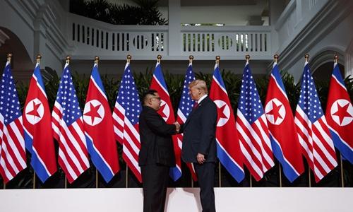 Kim Jong-un (trái) bắt tay Donald Trump trước khi bước vào hội đàm. Ảnh: AFP.