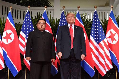Tổng thống Mỹ Donald Trump (phải) và lãnh đạo Triều Tiên Kim Jong-un tại hội nghị thượng đỉnh ở Singapore tháng 6/2018. Ảnh: AFP.