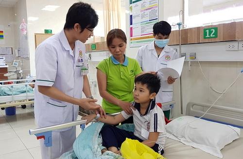 Em học sinh bị ngộ độc đang được điều trị tại bệnh viện Sing Mark. Ảnh: Phước Tuấn